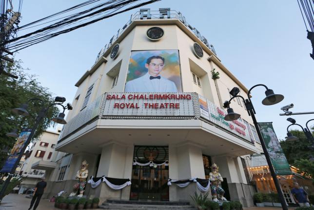 11月1日、タイのプラユット首相は、先月13日に死去したプミポン国王の服喪に伴う娯楽やテレビ番組の規制を、14日に解除すると明らかにした。ただ、1年の服喪期間中は国王への敬意を含む行動や番組を心がけるよう求めた。写真は先月15日撮影した、国王死去を受けて休館中の映画館のようす(2016年 ロイター/Jorge Silva)